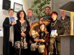 """Die Solinger Autorenrunde um Initiatorin Martina Hörle (li.) präsentierte jetzt ihr neuestes Werk mit dem Titel """"Der Berg bewegt sich"""". (Foto: © Alex Knoll/Martina Hörle)"""