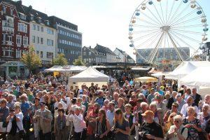 Ganz schön was los auf dem Neumarkt. Am Freitagnachmittag wurde offfiziell der Zöppkesmarkt 2016 eröffnet. (Foto: B. Glumm)