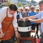 Na dann Prost! OB Kurzbach auf dem Zöppkesmarkt das erste Fässchen Bier an. (Foto: B. Glumm)