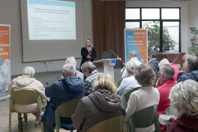 Beiratsschulung im Zentrum Frieden in Solingen: Ulrike Kempchen, Leiterin des Beratungsdienstes der BIVA, informierte Ehrenamtliche über ihre Aufgaben im Heimbeirat. (Foto: BIVA e.V.)