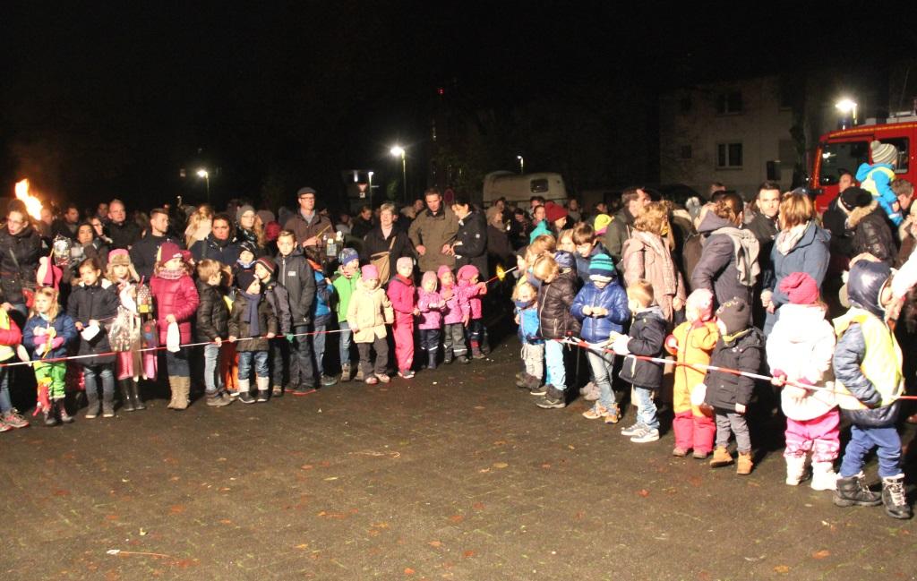 Die vielen Kinder in Gräfrath mussten etwas Geduld mitbringen, bevor die 650 von der Arge spendierten Weckmänner verteilt wurden. (Foto: B. Glumm)
