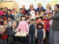 Der Solinger Kiwanisclub feierte am Samstag Advent mit Flüchtlingsfamilien in der Unterkunft in Wald. Selbstverständlich dürften die Kinder sich über Geschenke der Kiwanier freuen. (Foto: Privat)