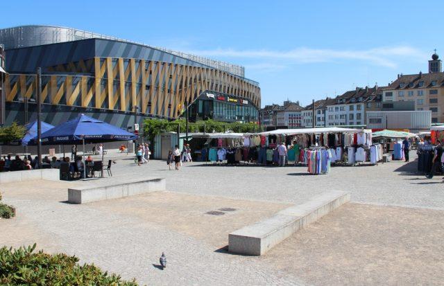 Der Neumarkt in der Solinger Innenstadt mit Blick auf das Einkaufszentrum Hofgarten. (Archivfoto: © Bastian Glumm)