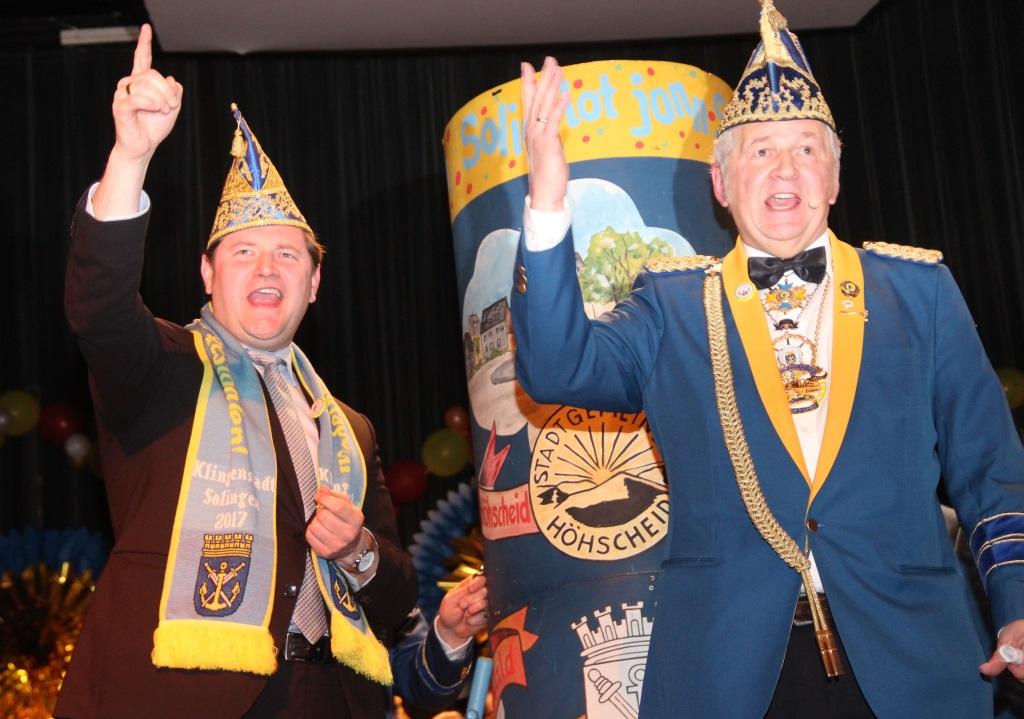 Ob Kurzbach (li.) und Prinzengarde-Präsident Joachim Junker zählten die letzten Sekunden, bis der zu diesem Zeitpunkt noch unbekannte Hoppeditz aus der Tonne entlassen wurde. (Foto: B. Glumm)
