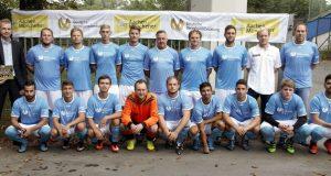 Tragen jetzt stolz einen Trikotsponsor auf der Brust: die Mannschaft des Hobbyligisten Calimero United. Oliver Stamm von der Vermögensberatung AachenerMünchener (li.) machte das möglich. (Foto: Calimero United)