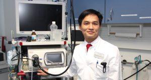 Dr. Gia Phuong Nguyen ist neuer Chefarzt der Inneren. Der 39-jährige Experte für Gastroenterologie lebt mit seiner Familie in Solingen. (Foto: © Bastian Glumm)