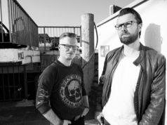 Daniel Juhr (li.) und Daniel Kohlhaas lesen im Atelier AndersARTig aus ihrem Mysterythriller. (Foto: © Veranstalter)