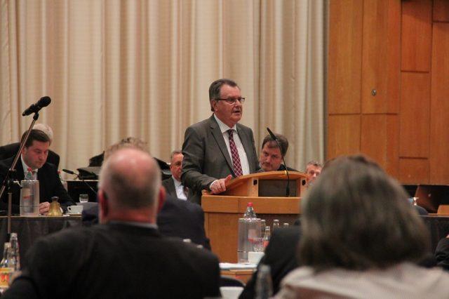 Bürgermeister Ernst Lauterjung (SPD) im Rat der Stadt Solingen. (Archivfoto: B. Glumm)