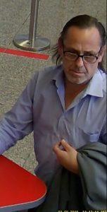 Wer diesen Mann kennt, soll sich bitte mit der Polizei in Verbindung setzen. (Foto: Polizei)
