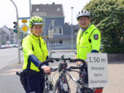 Daniela Berghaus und Ulrich Schmidt vom Solinger Team der Verkehrssicherheit sind in dieser Woche mit ihren Rädern unterwegs, um auf den Sicherheitsabstand von 1,50 Meter aufmerksam zu machen. Dieser Abstand ist für Autofahrer beim Überholen von Radfahrern inzwischen gesetzlich vorgeschrieben. (Foto: © Martina Hörle)