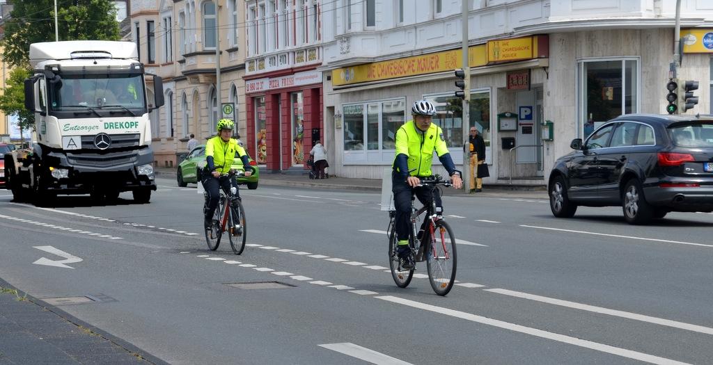 Die Beamten sind in ihrer Sicherheitskleidung auf den Rädern schon von weitem gut zu erkennen. (Foto: © Martina Hörle)