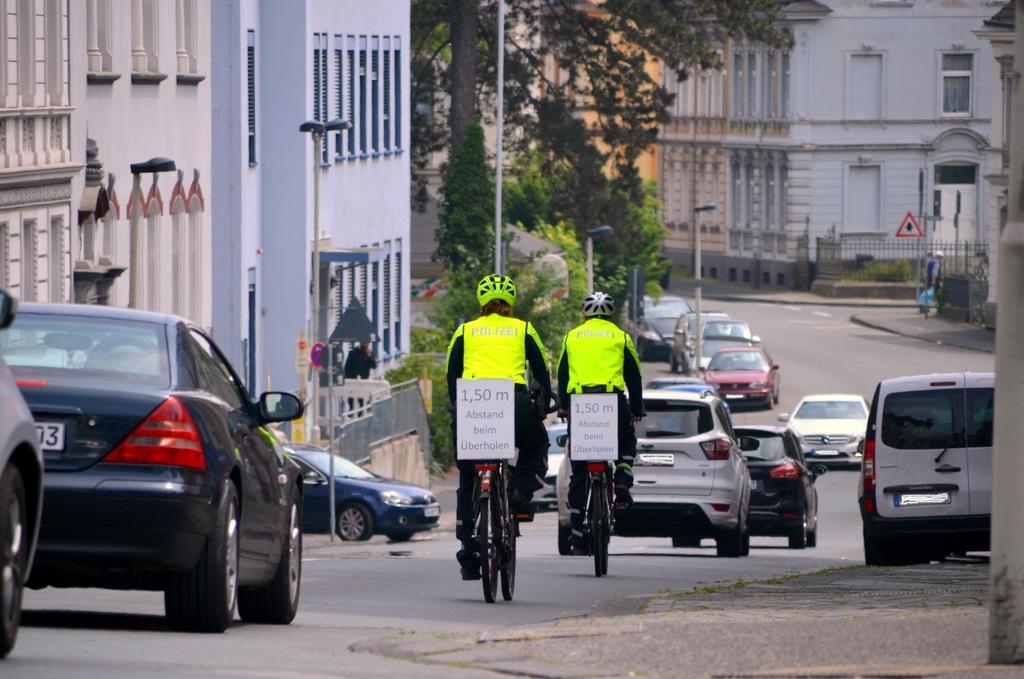 Die Hinweisschilder auf den Gepäckträgern sensibilisieren die Autofahrer. Deshalb werden sie auch nach dieser Aktion nicht entfernt. (Foto: © Martina Hörle)