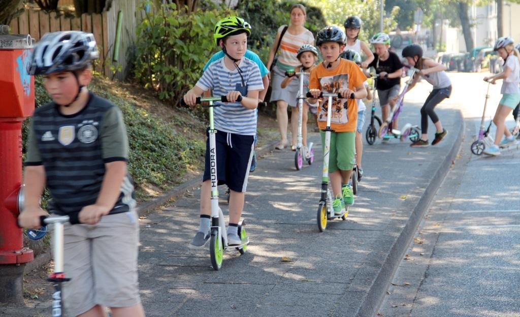 Die Straßenseite zu wechseln kann ziemlich gefährlich werden. Auf diese und viele andere Situationen wurden die Kinder vorbereitet, um Unfälle zu vermeiden. (Foto: B. Glumm)