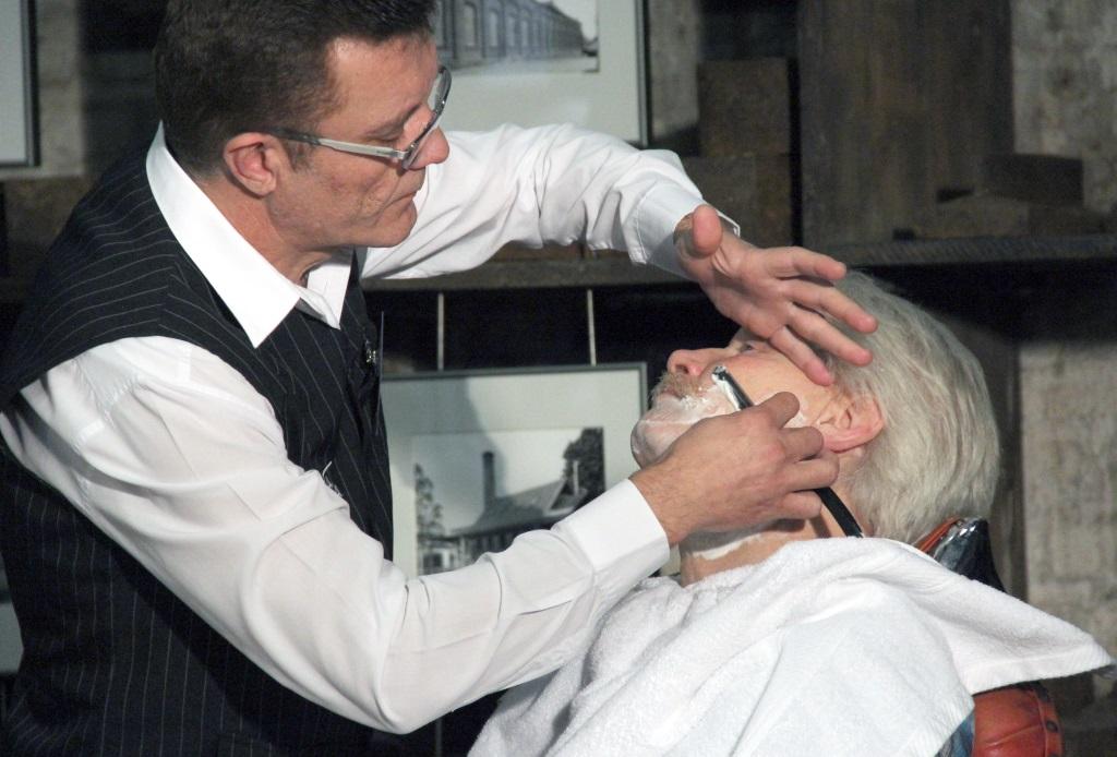 BEi der Rasur mit dem Solinger Rasiermesser braucht man schon ein ruhiges Händchen. Der Barbier zeigte den Besuchern in der Gesenkschmiede Hendrichs, wie man es richtig macht. (Foto: B. Glumm)
