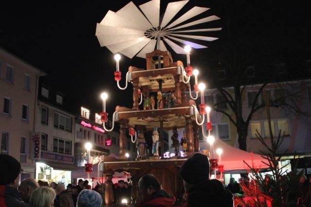 Am 26. November ist es wieder soweit: Auf dem Alten Markt wird um 17 Uhr die Weihnachtspyramide angeschoben. (Archivfoto: B. Glumm)
