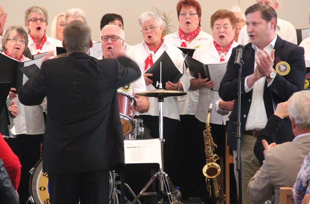Oberbürgermeister Tim Kurzbach stand am Sonntag in der Dorper Kirche selbst am Mikrofon und sang gemeinsam mit dem Shantychor kernige Seemannslieder. (Foto: B. Glumm)