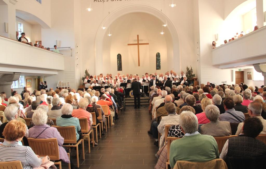 In einer Kirche auftrende Chöre haben auch die Akustik auf ihrer Seite. Auch der Shantychor Solingen konnte damit sein ohnehin schon eindrucksvolles Konzert noch einmal unterstreichen. (Foto: B. Glumm)