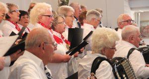 Sorgten am Sonntag für eine ausgesprochen ausgelassene Stimmung in der prall gefüllten Dorper Kirche: Die Frauen und Männer des Shantychor Solingen. (Foto: B. Glumm)