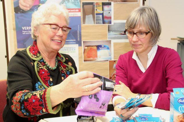 Ärgern sich immer wieder über unnötige Verpackungen: Evelyn Broch (li.) vom Solinger DHB – Netzwerk Haushalt und Umweltberaterin Julia Ogiermann von der Verbraucherzentrale Solingen. (Foto: B. Glumm)