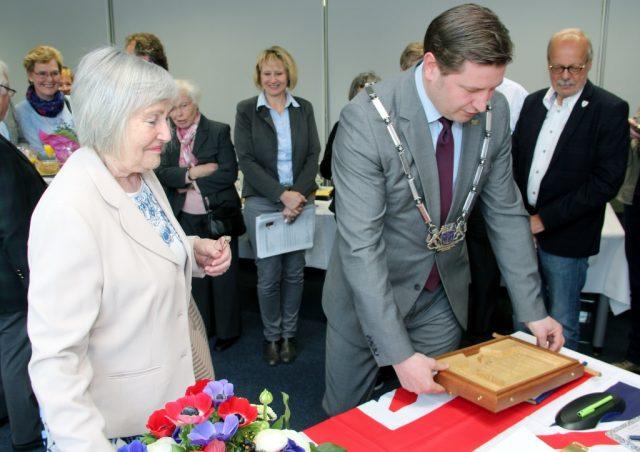 Bürgermeisterin Margaret Parker aus dem englischen Blyth trug sich am 22. April in das goldene Buch der Stadt Solingen ein. Die Klingenstadt hegt und pflegt traditionell Freundschaften zu Städten in Europa und darüber hinaus. (Archivfoto: B. Glumm)