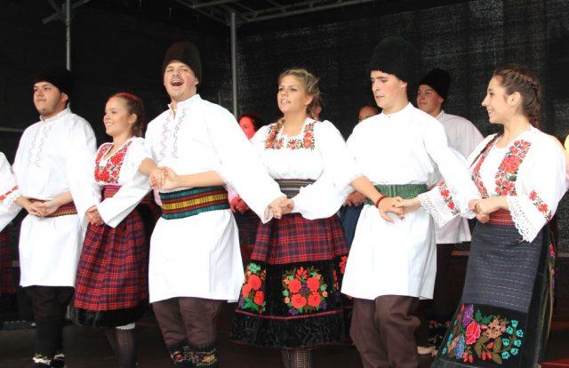 Ein kunterbuntes Programm werden zahlreiche Musik- und Tanzgruppe am Samstag auf den beiden Bühnen auf dem Fronhof und dem Alten Markt präsentieren. (Archivfoto: B. Glumm)