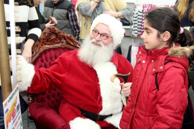 Der Felix-Weihnachtsmann (Gunter Opitz) begrüßte am Samstag zahlreiche Kinder in der Spielwarenabteilung der Galeria Kaufhof. Per Glücksrad wurde ermittelt, welches Geschenk mit nach Hause genommen werden dürfte. (Foto: B. Glumm)