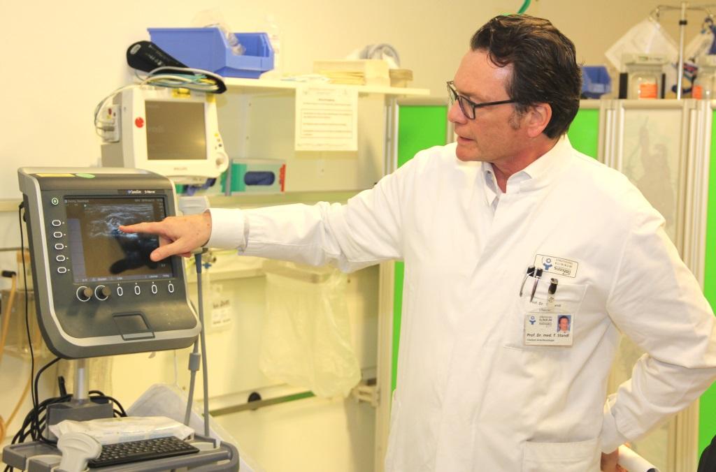 """Professor Dr. Thomas Standl ist Chefarzt der Klinik für Anästhesie, Operative Intensiv- und Palliativmedizin am Klinikum. Seine Koleginnen und Kollegen unterstützen die """"Woche der Wiederbelebung"""" im Gynasium Schwertstraße. (Archivfoto: B. Glumm)"""