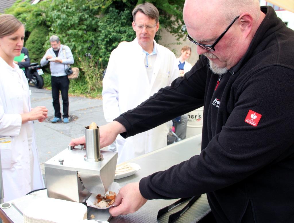 Martin Kempner ist Fotojournalist und Inhaber eines Gewürzladens in Solingen. Seine Currywurst kam so gut an, dass so mancher Nachschlag gereicht werden musste. (Foto: B. Glumm)