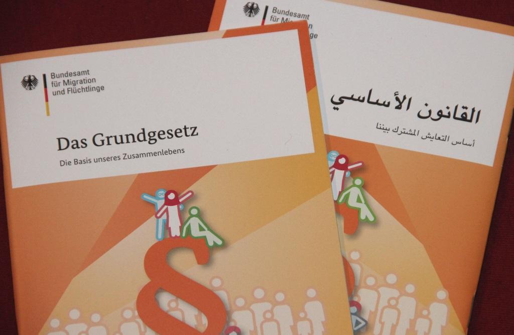 Und darum geht es: Das Grundgesetz in kompakter Form und verschiedenen Sprachen wird vom Bundesamt für Migration und Flüchtlinge den Helfern und ihren Schützlingen zur Verfügung gestellt. (Foto: B. Glumm)