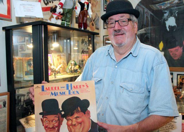 Wolfgang Günther im Herzen seines Museums. Gemeinsam mit seiner Frau Vera hat er eine stattliche Sammlung rund um das geniale Komikerduo Laurel & Hardy zusammengetragen. (Archivfoto: B. Glumm)