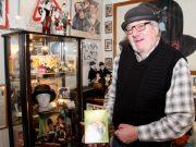 """Wolfgang Günther in seinem """"Reich"""" und seinem Element. Im Laurel & Hardy Museum im Walder Kotten hat er gemeinsam mit seiner Frau Vera unzählige Exponate rund um das kongeniale Komikerduo zusammengetragen. (Foto: © Bastian Glumm)"""