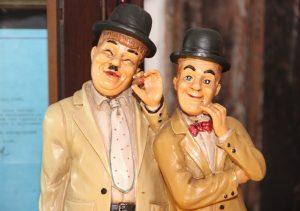 """Zahlreiche Figuren, von Miniaturgröße bis zu lebensgroß, unzählige Plakate an der Wand und alles, was man sich im zusammenhang mit """"Dick und Doof"""" überhaupt nur vorstellen kann, gibt es im Laurel & hardy Museum. Und selbstverständlich werden dort auch die Filme der Komiker gezeigt. (Foto: B. Glumm)"""