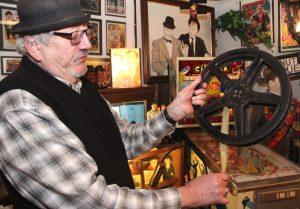 """Zahlreiche Exponate rund um das Thema """"Film"""" finden sich ebenfalls im Laurel & Hardy Museum. Wolfgang Günther ist Experte auf diesem Gebiet und bietet spannende Vorträge an. (Foto: B. Glumm)"""