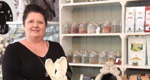 """Seit rund sechs Wochen betreibt Dagmar Schumacher ihren esoterischen Geschenkartikelladen """"Angel"""" an der Neuenhofer Straße. Der Name ist Programm, denn irgendwie dreht sich im ganzen Lokal alles um Engel. (Foto: B. Glumm)"""