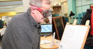 Mit einer Brille, die 1,3 Promille Alkohol im Blut simuliert, konnte man am Stand des Blauen Kreuzes versuchen, einen Schlüssel ins Schloß zu bekommen. (Foto: B. Glumm)