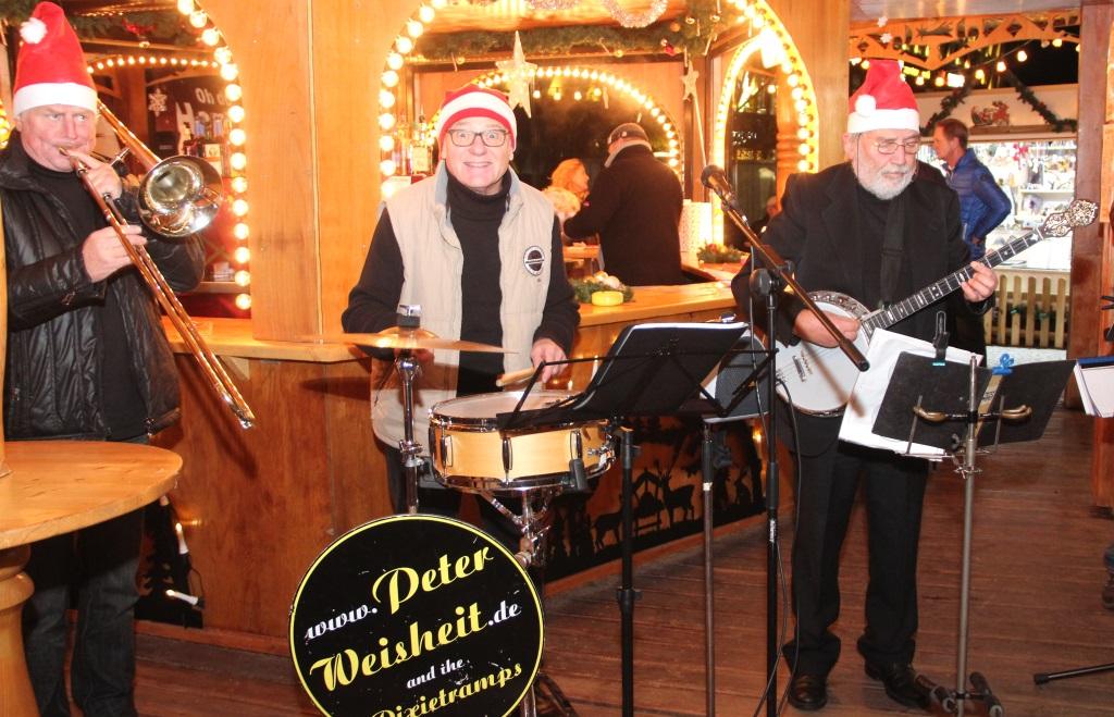 Die Peter-Weisheit-Band legte am Montagabend auf dem Neumarkt los wie die Feuerwehr und sorgte mit Dixieland-Jazz für gute Stimmung. (Foto: B. Glumm)