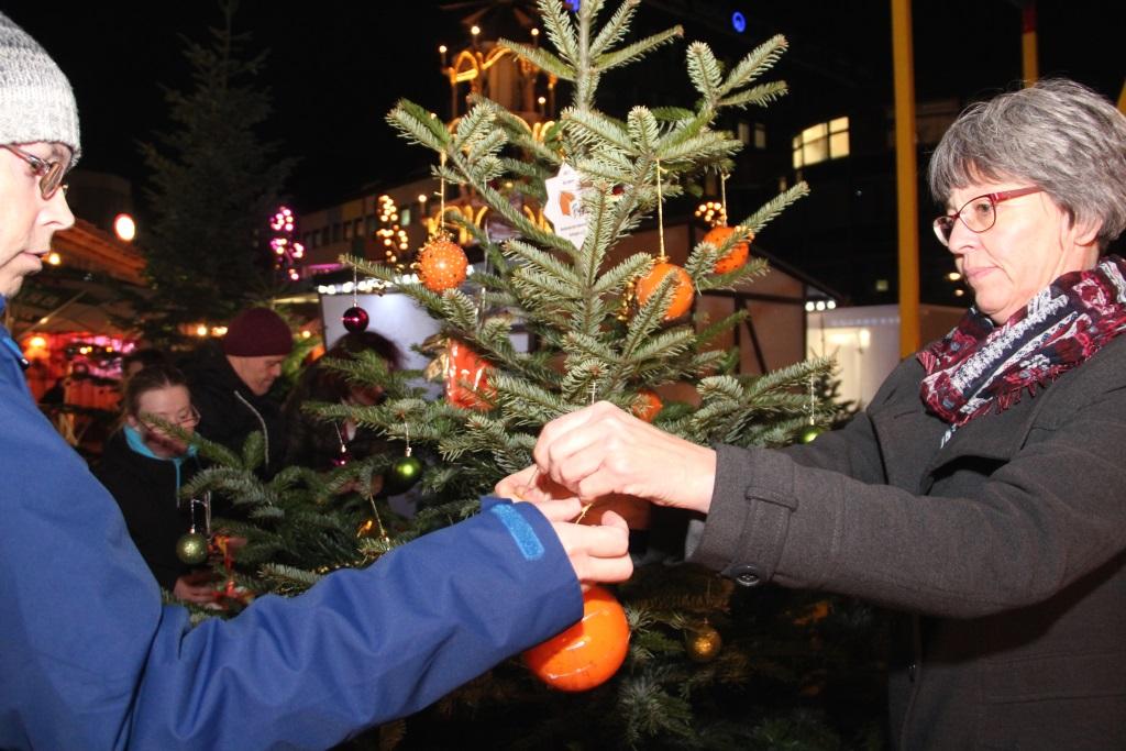 Barbara Funda (re.) von der Behinderten-Heimstätte Solingen bastelte mit ihren Schützlingen Weihnachtsschmuck, uma uf dem Neumarkt einen Baum herauszuputzen. (Foto: B. Glumm)