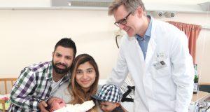 Beschwert sich lautstark über den Presserummel am Tag nach seiner Geburt: Der kleine Vefa Okuscuk-Ayranci hat gesund und munter das Licht der Welt erblickt und ist die 1.000. Geburt im Klinikum in diesem Jahr. Stolz sind nicht nur Mutter Hülya, Papa Gökhan und Brüderchen Isa. Auch Dr. Sebastian Hentsch, Chefarzt der Klinik für Frauenheilkunde und Geburtshilfe am Klinikum, ist sichtlich zufrieden. (Foto: B. Glumm)