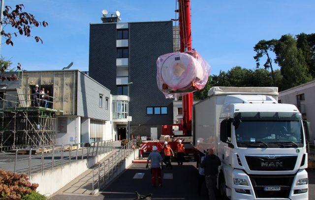 Am Mittwoch wurde das neue 3-Tesla-MRT per Kran in der St. Lukas Klinik eingeschwebt. (Foto: radprax MVZ GmbH)