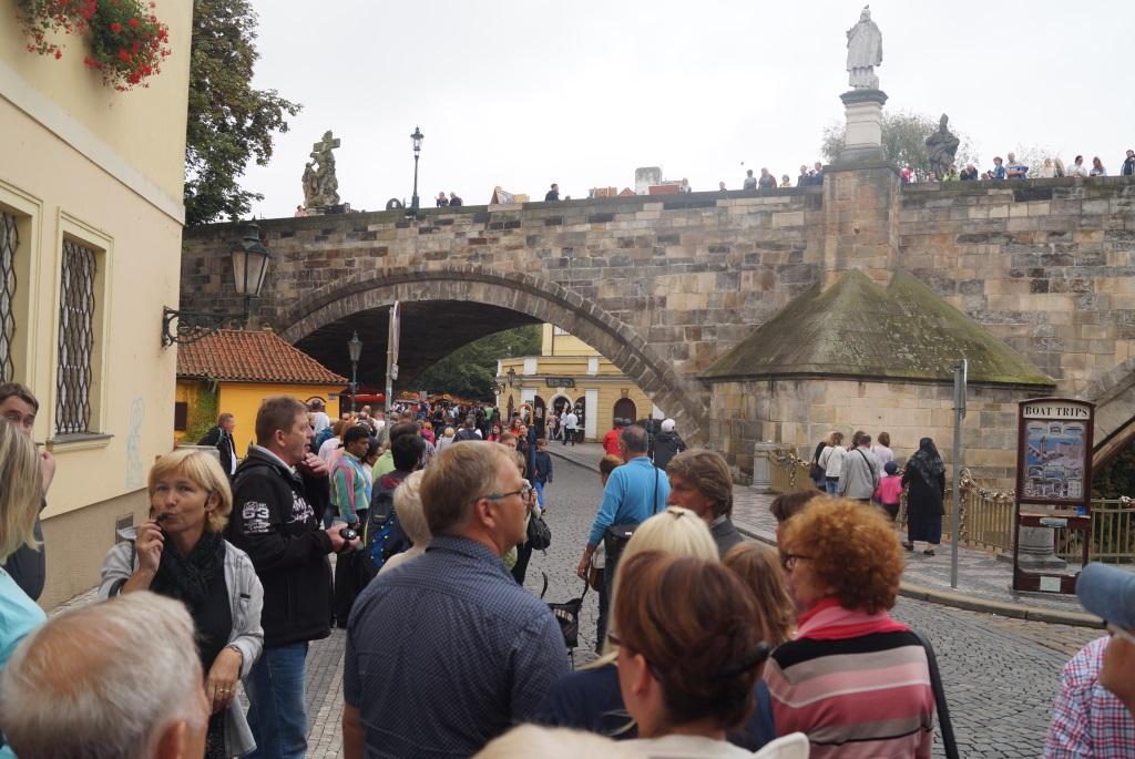 """Prag, auch die """"Goldene Stadt"""", ist die Hauptstadt Tschechiens und bietet Unmengen an Sehenswürdigkeiten. Hier bestaunen die Mitglieder der Ohligser Prinzengarde die Karlsbrücke. (Foto: Prinzengarde Blau-Gelb Ohligs)"""