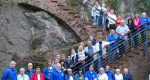 Die Karnevalisten der Prinzengarde Blau-Gelb Ohligs um ihren Präsidenten Joachim Junker (ganz links) machten sich in diesem Jahr zu einer viertägigen Vereinstour auf, die unter anderem nach Prag führte. (Foto: Prinzengarde Blau-Geld Ohligs)