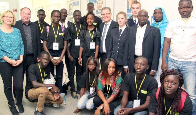 Bürgermeister Ernst Lauterjung empfing am Donnerstag eine Reisegruppe aus Thiès im Senegal zu einer kleinen Feierstunde im Rathaus. (Foto: B. Glumm)