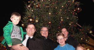 Eröffneten das Weihnachtsdorf am Dienstag: v.li. Bezirksbürgermeister Marc Westkämper mit Nachwuchs, Bürgermeister Ernst Lauterjung und Michael Bertram mit seinen Kindern Miguel und Mandy. (Foto: B. Glumm)