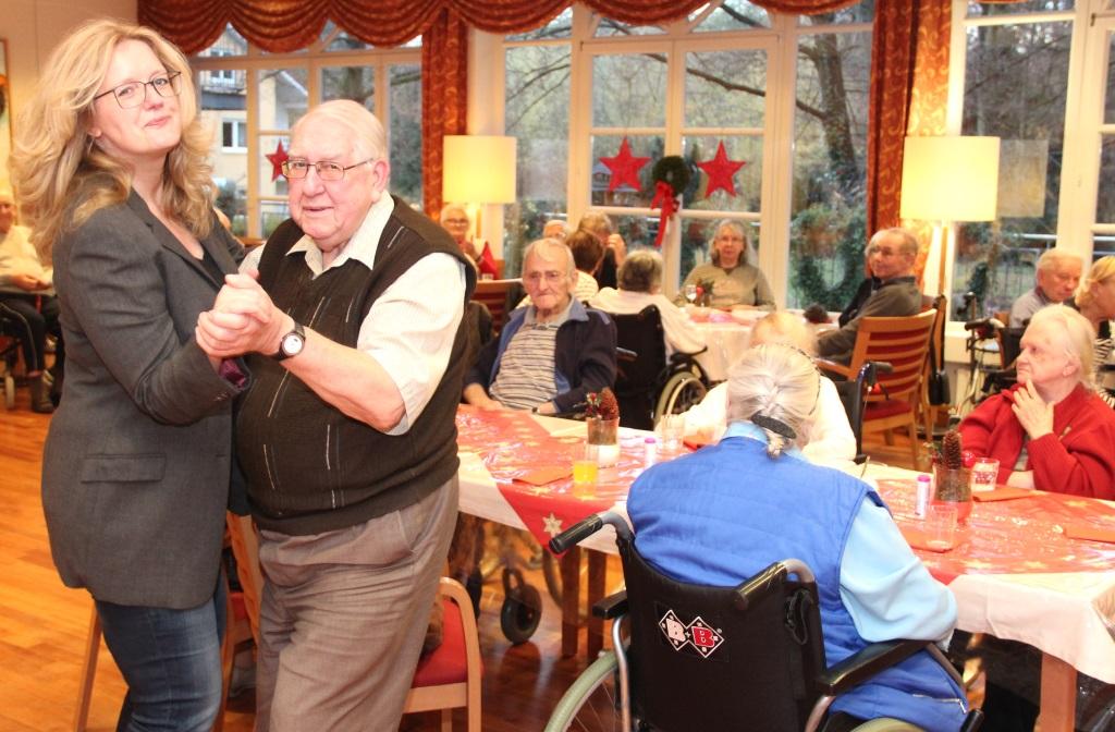 Darf ich bitten? Petra Kroetzsch vom Verein Lebensherbst ließ sich nicht lange bitten zum Tänzchen. (Foto: B. Glumm)