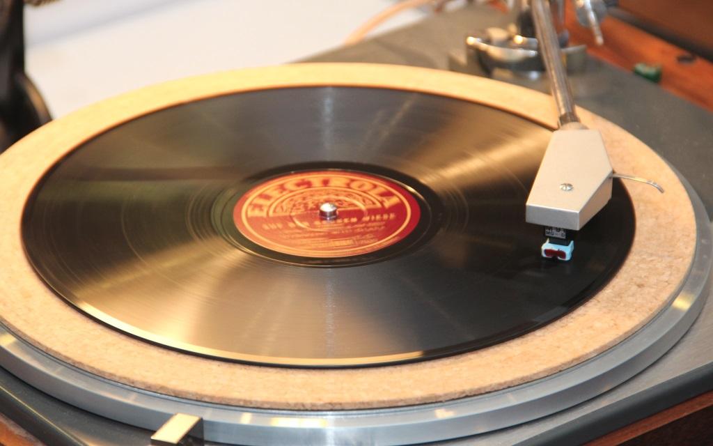 Den Klang einer originalen Platte könne eine CD niemals erreichen. Davon ist Thomas Gatawetzki-Köppchen überzeugt. Er hat 800 Schellack-Platten in seiner Sammlung. (Foto: B. Glumm)
