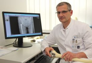 Prof. Dr. med. Sascha Flohé ist Chefarzt der Klinik für Unfallchirurgie, Orthopädie und Handchirurgie im Städtischen Klinikum Solingen. (Foto: © Bastian Glumm)