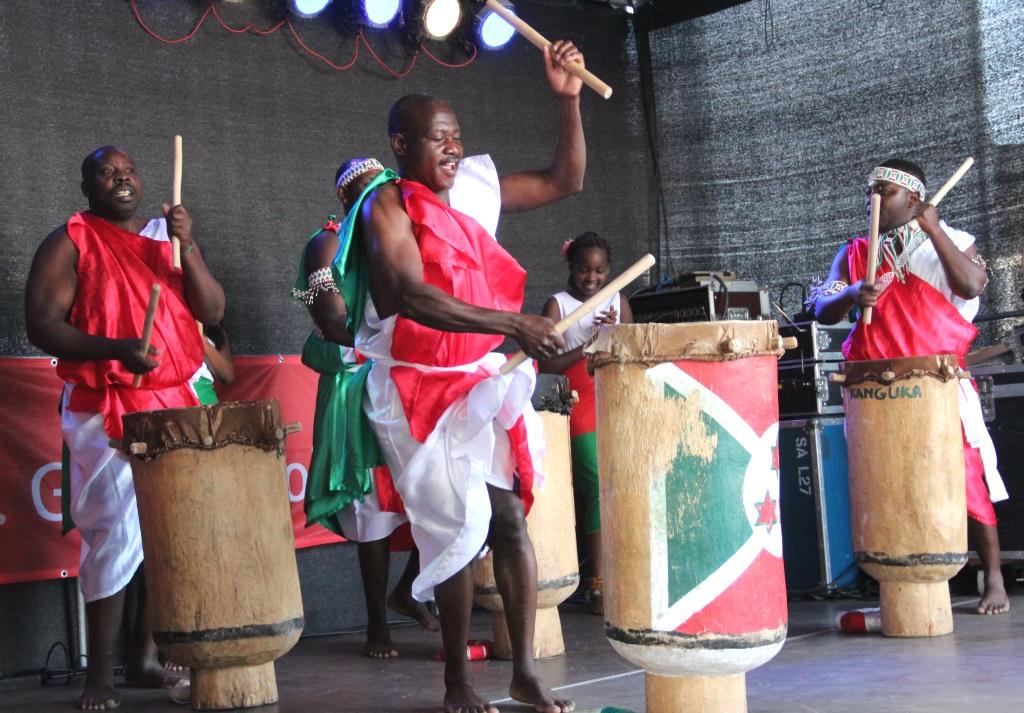 """Die Trommlergruppe """"Kanguka"""" aus Burundi wirbelte auf der Bühne Fronhof und heizte dem Publikum zur Mittagszeit ordentlich ein. (Foto: B. Glumm)"""