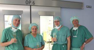 Prof. Dr. Christian Voigt, OP-Schwester Brigitte Hölzer-Plümacher, Prof. Dr. Sascha Flohé und Dr. Horst Fleischer (v.li.) haben unzählige Stunden bei Operationen der Klinik für Unfallchirurgie, Orthopädie und Handchirurgie im zentralen OP-Bereich des Klinikums verbracht. Nach 45 Jahren geht die OP-Schwester jetzt in den Ruhestand. (Foto: Klinikum Solingen/Karin Morawietz)
