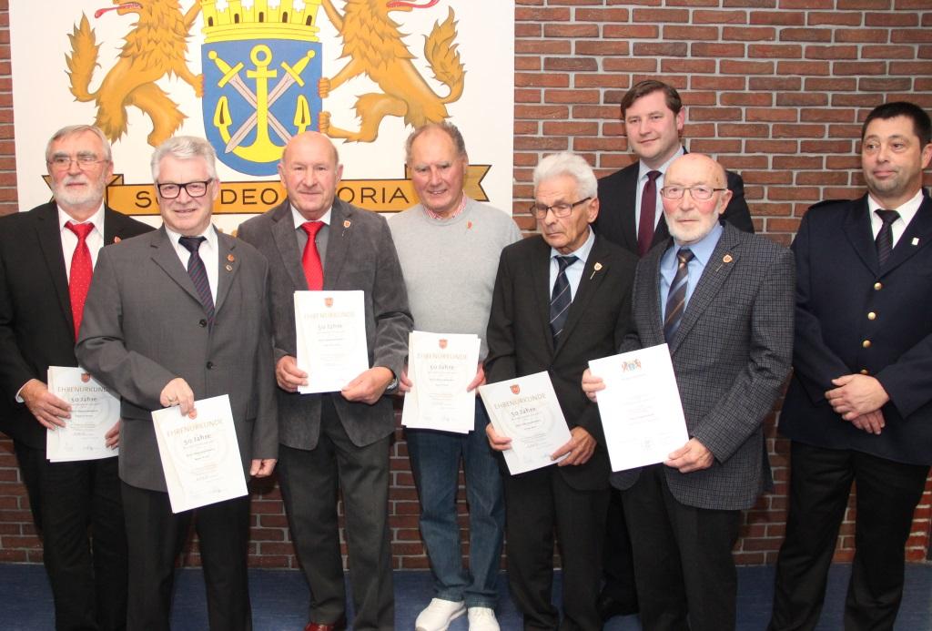 Geehrt wurden auch ehemalige Angehörige der Feuerwehr Solingen für ihre jahrzehntelange Mitgliedschaft. Hier erhalten die Männer für ihre 50-jährige Treue Urkunden und die Sonderauszeichnung des Verbandes der Feuerwehren NRW. (Foto: B. Glumm)