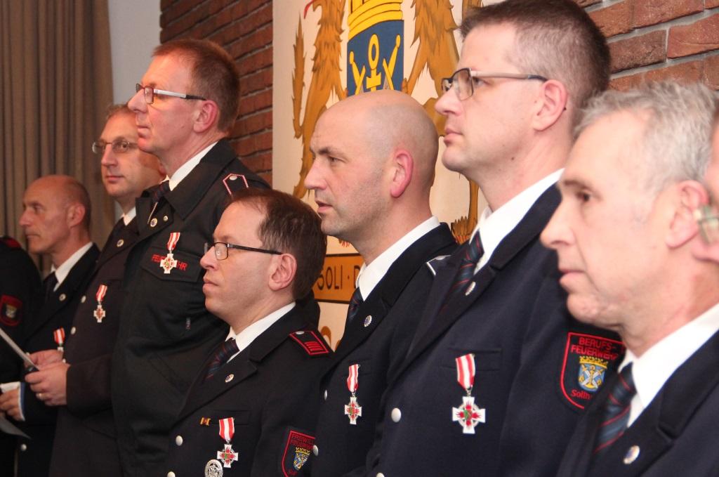 Zahlreiche Angehörige der Berufs- und der Freiwilligen Feuerwehr Solingen wurden am Donnerstagabend in der Feuerwache III in Wald geehrt. (Foto: B. Glumm)